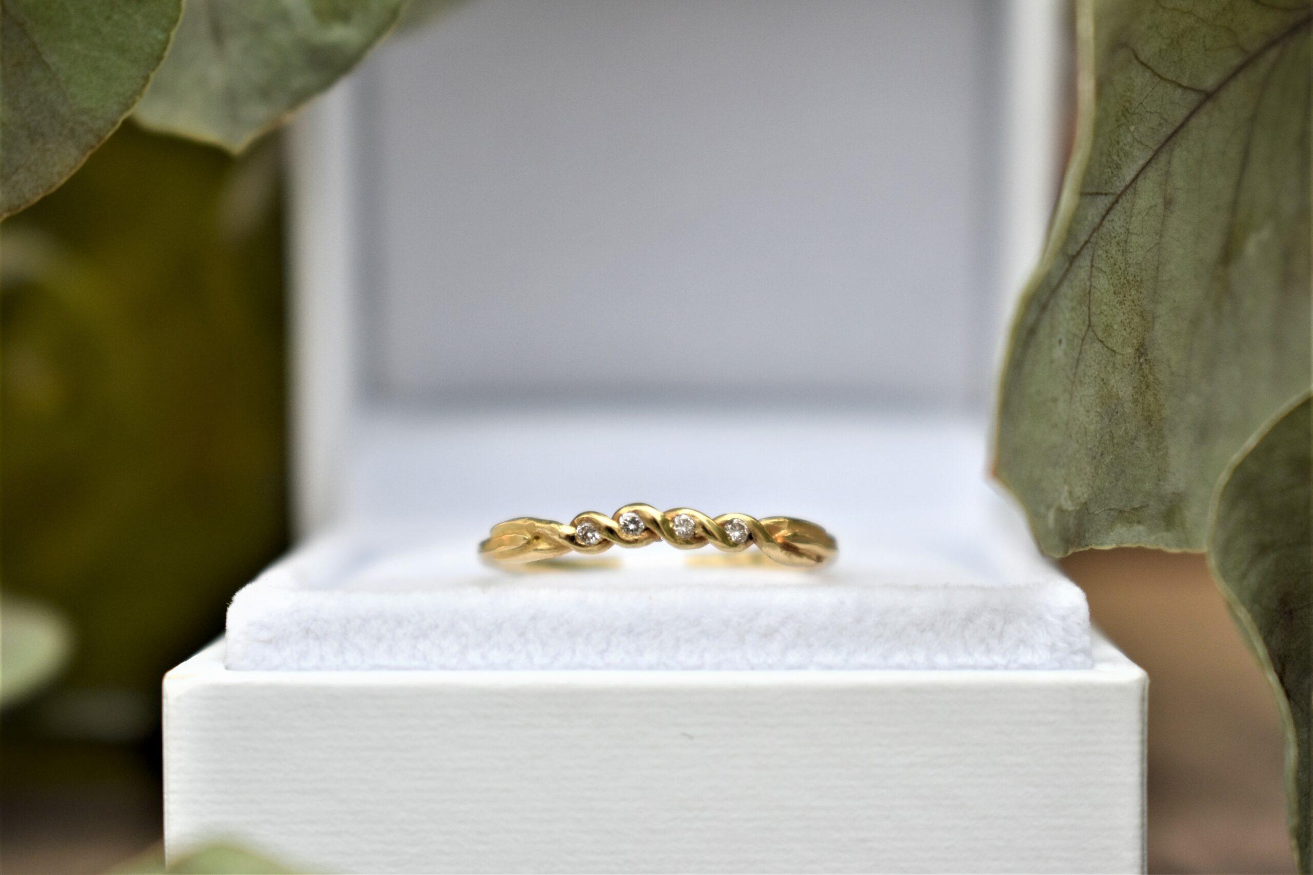 gevlochten gouden ring met diamantjes