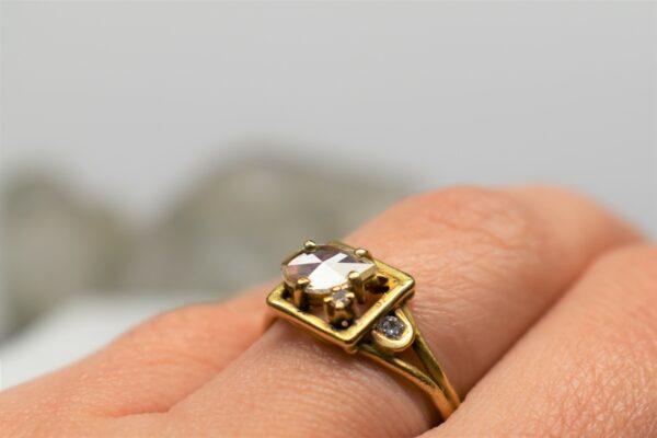 vintage sfeer handgemaakte gouden ring met oud slijpsel diamant