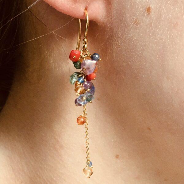 Nico Taeymans vergulde oorbellen met allerlei verschillende kleuren