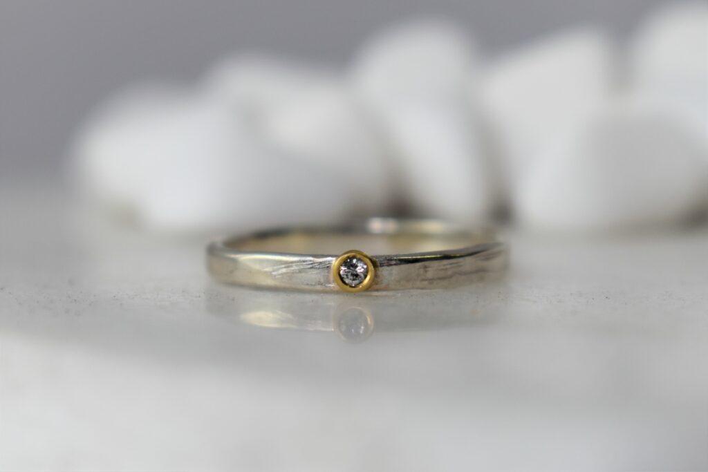 zilveren ring met diamant en gouden zetting