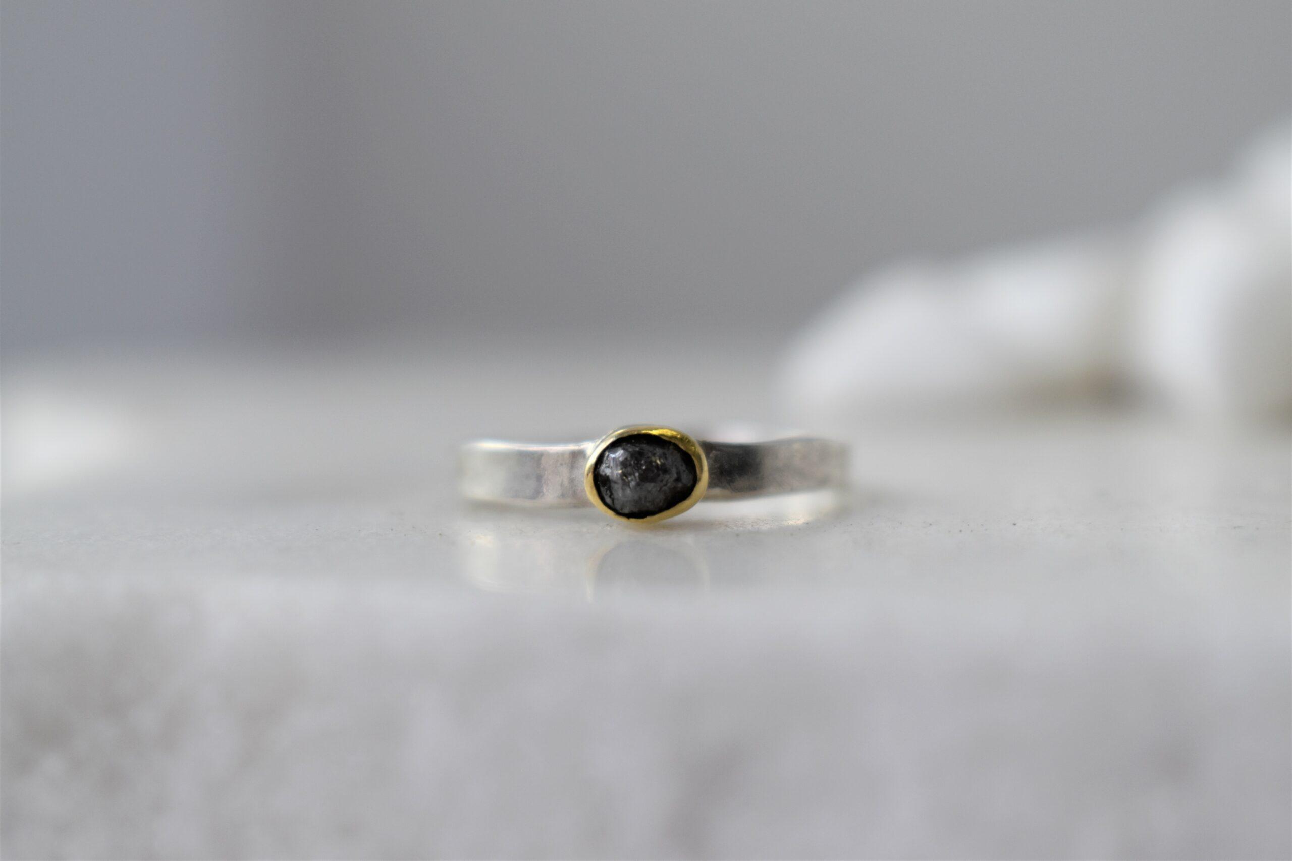zilveren ring met gouden zetting en ruwe diamant