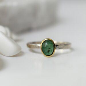 zilveren ring met smaragd cabuchon in gouden zetting