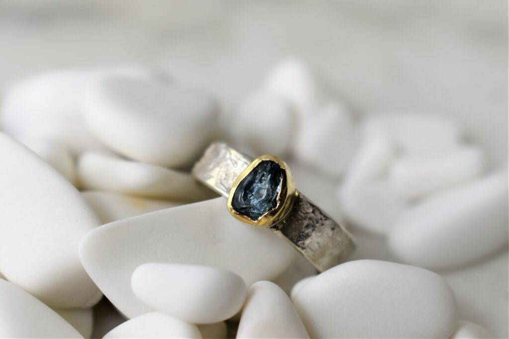 zilveren ring gouden zetting ruwe aquamarijn