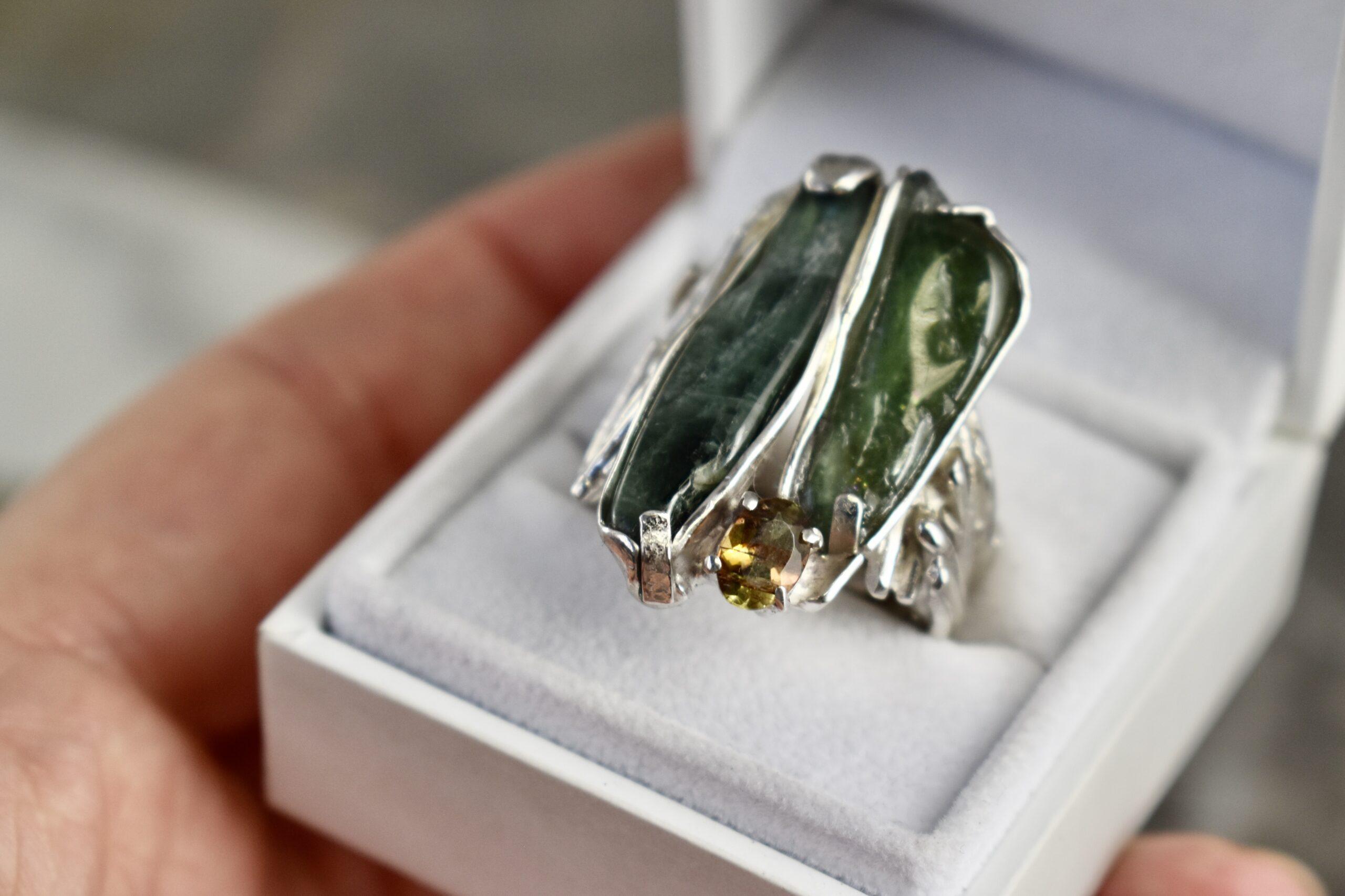 Zilveren ring met groene toermalijn en gele saffier
