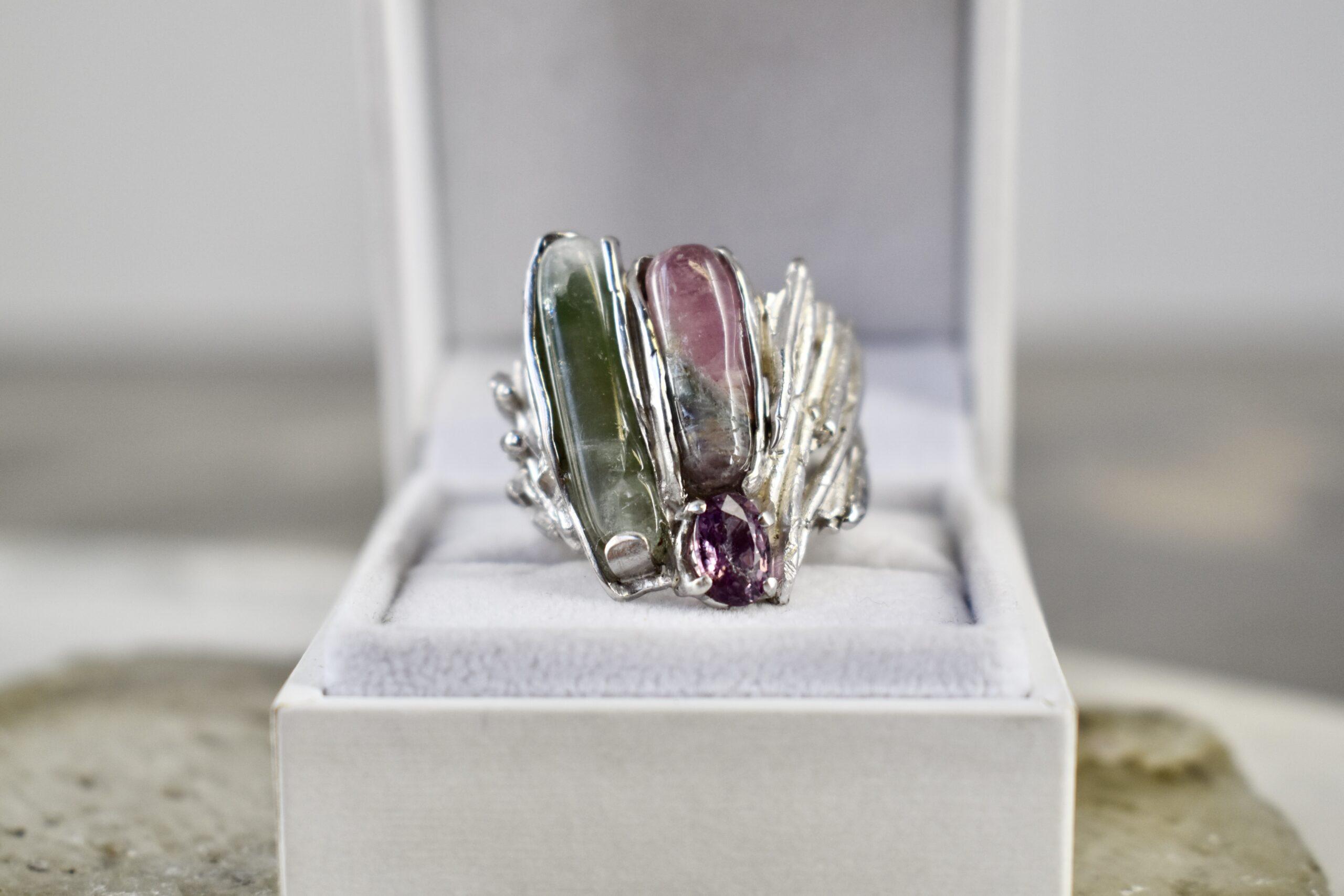 Zilveren ring met roos-groene toermalijn en amethist