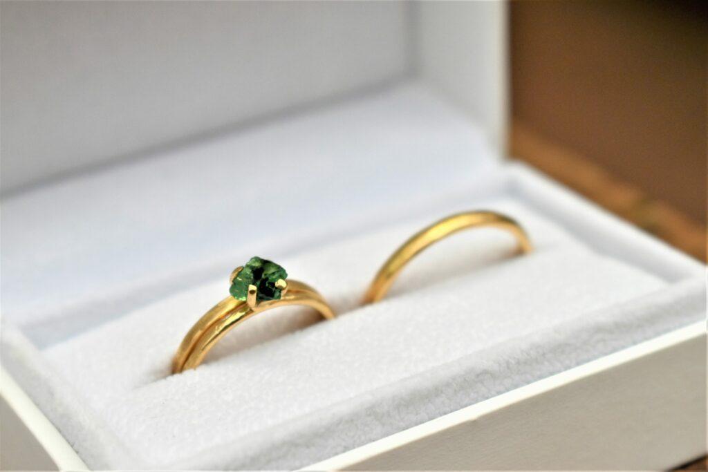 Gouden trouwring met groene smaragd