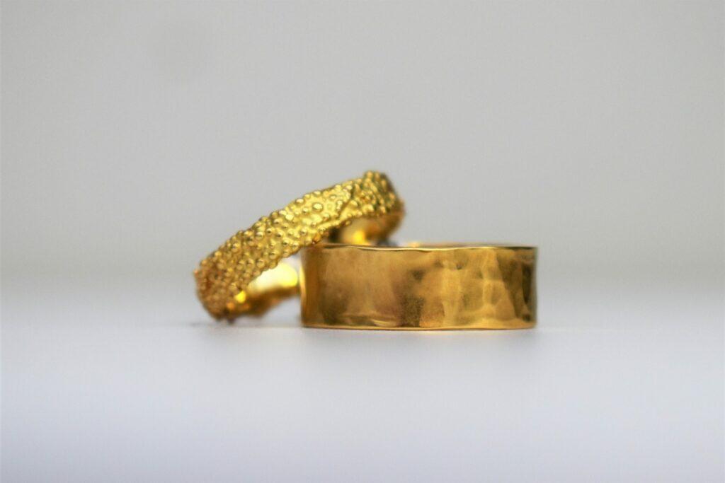 Gouden trouwringen - gehamerd