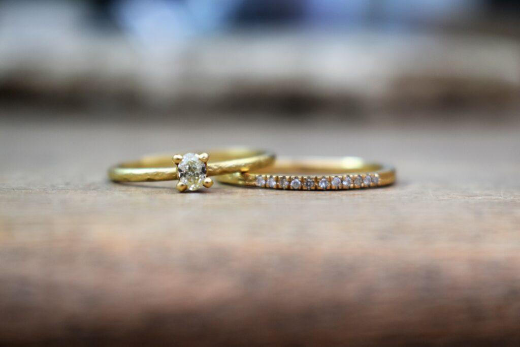 Gouden trouwringen met solitaire diamant
