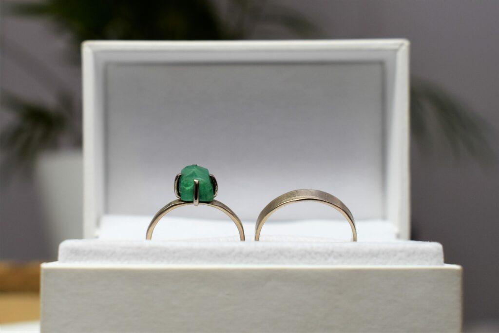 Trouwringen witgoud met smaragd groene steen