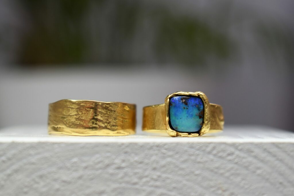 Unieke trouwringen met blauwe opaal