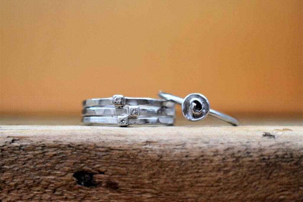 Zilveren trouwring - Roosje, bloem en diamant