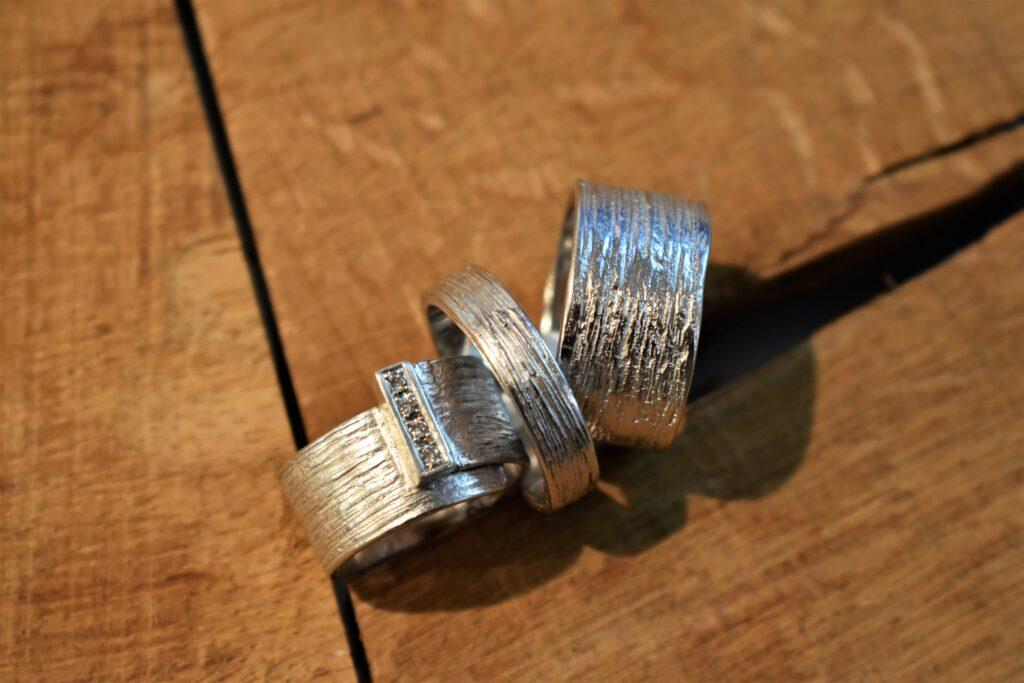 Zilveren trouwringen - structuur met diamanten