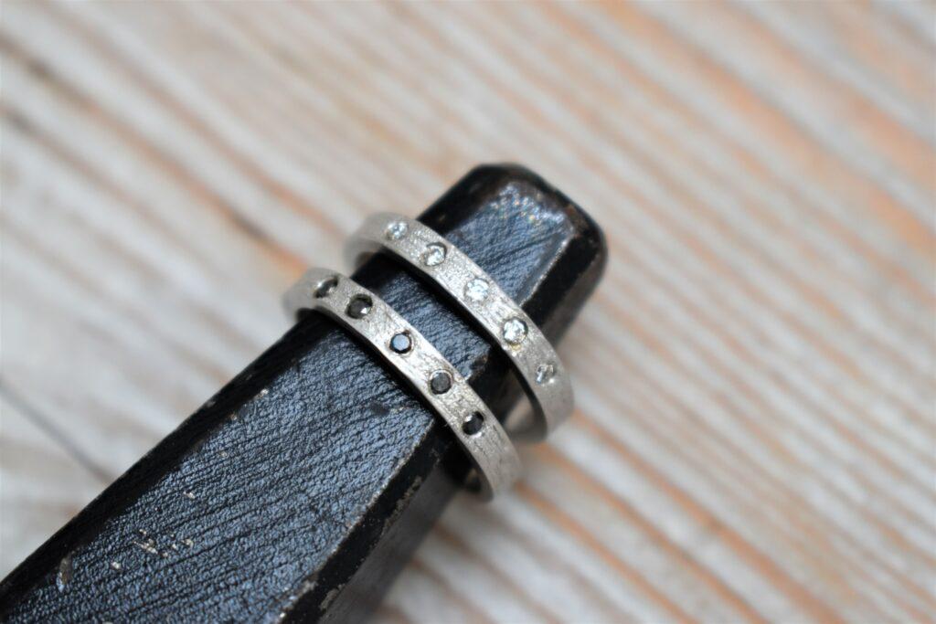 Zilveren trouwringen met witte en zwarte diamanten
