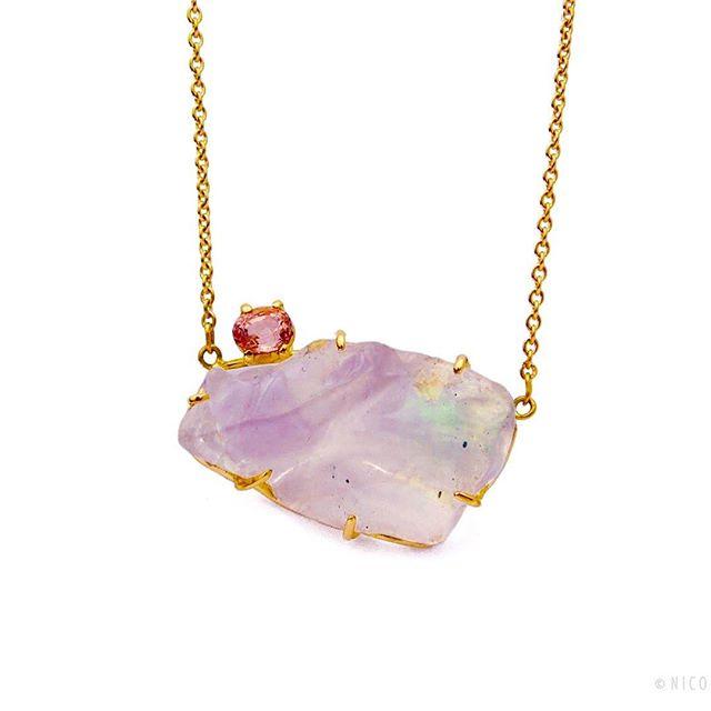 Geel gouden ketting met opaal en robijn?