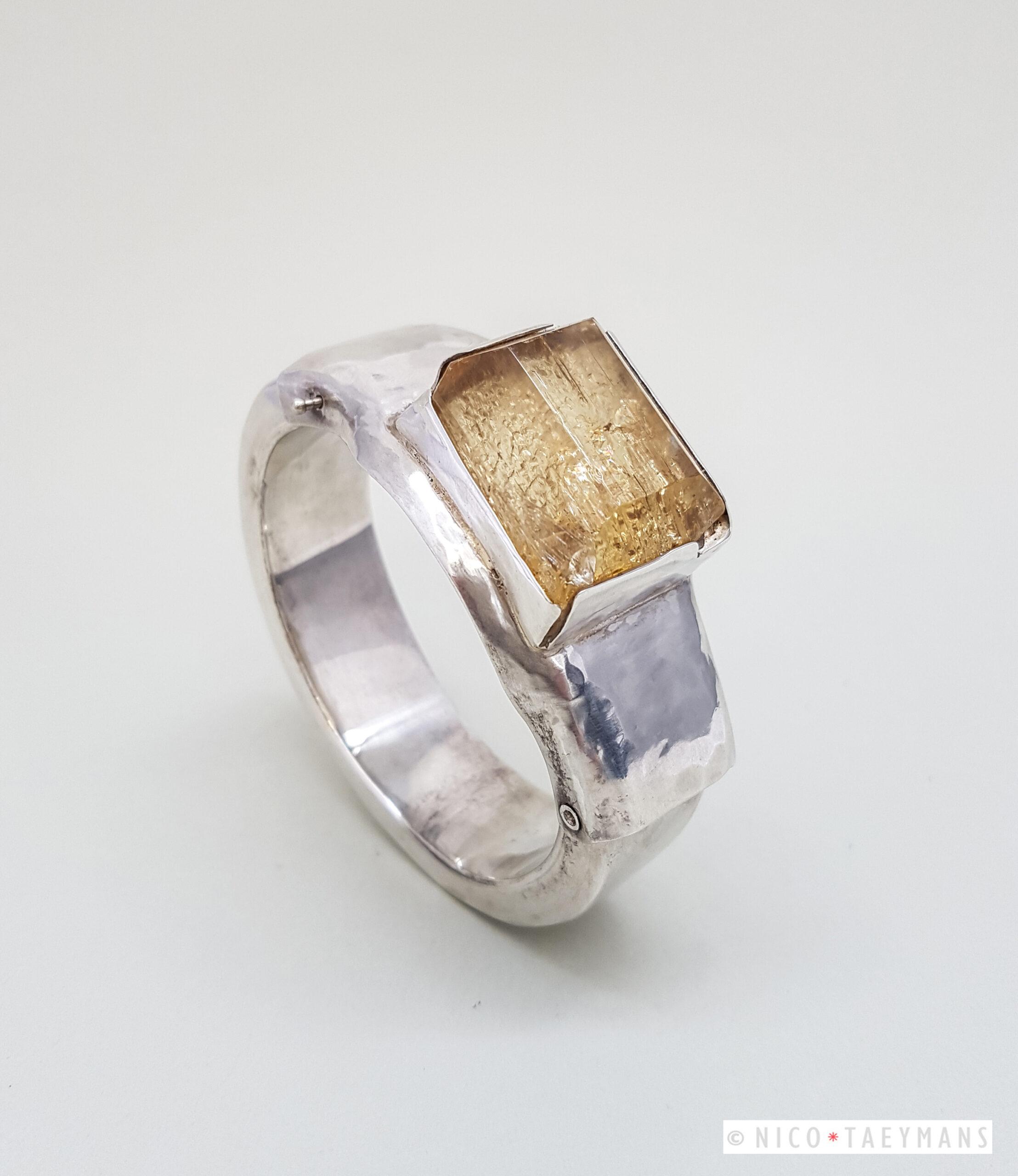 Zilveren armband gesmeed met damburiet