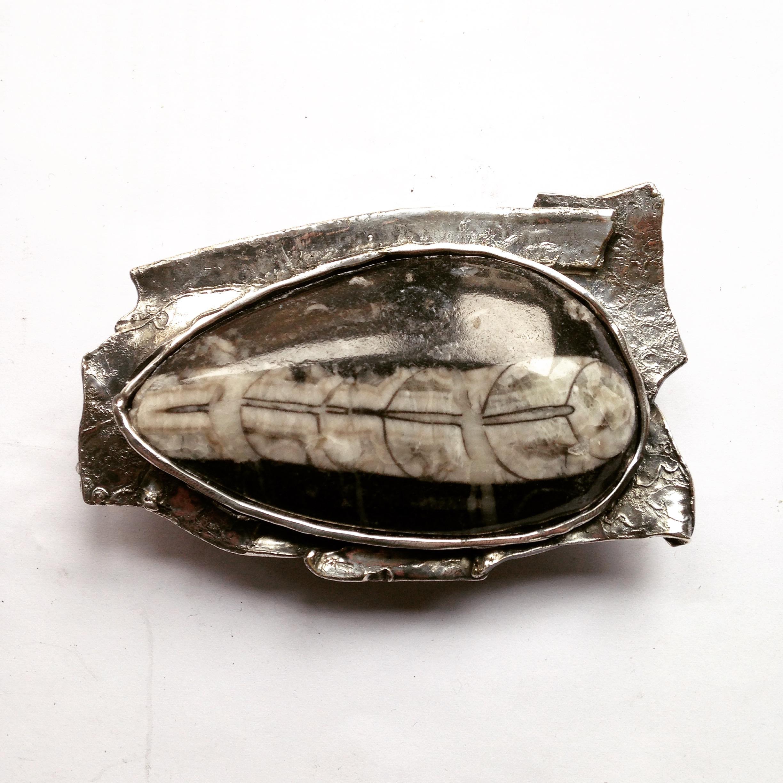 Zilveren gesp met fosiel