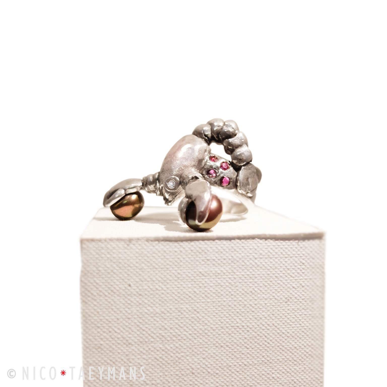 Zilveren ring met parels, kleine diamant en roze spinel in de vorm van een kreeft