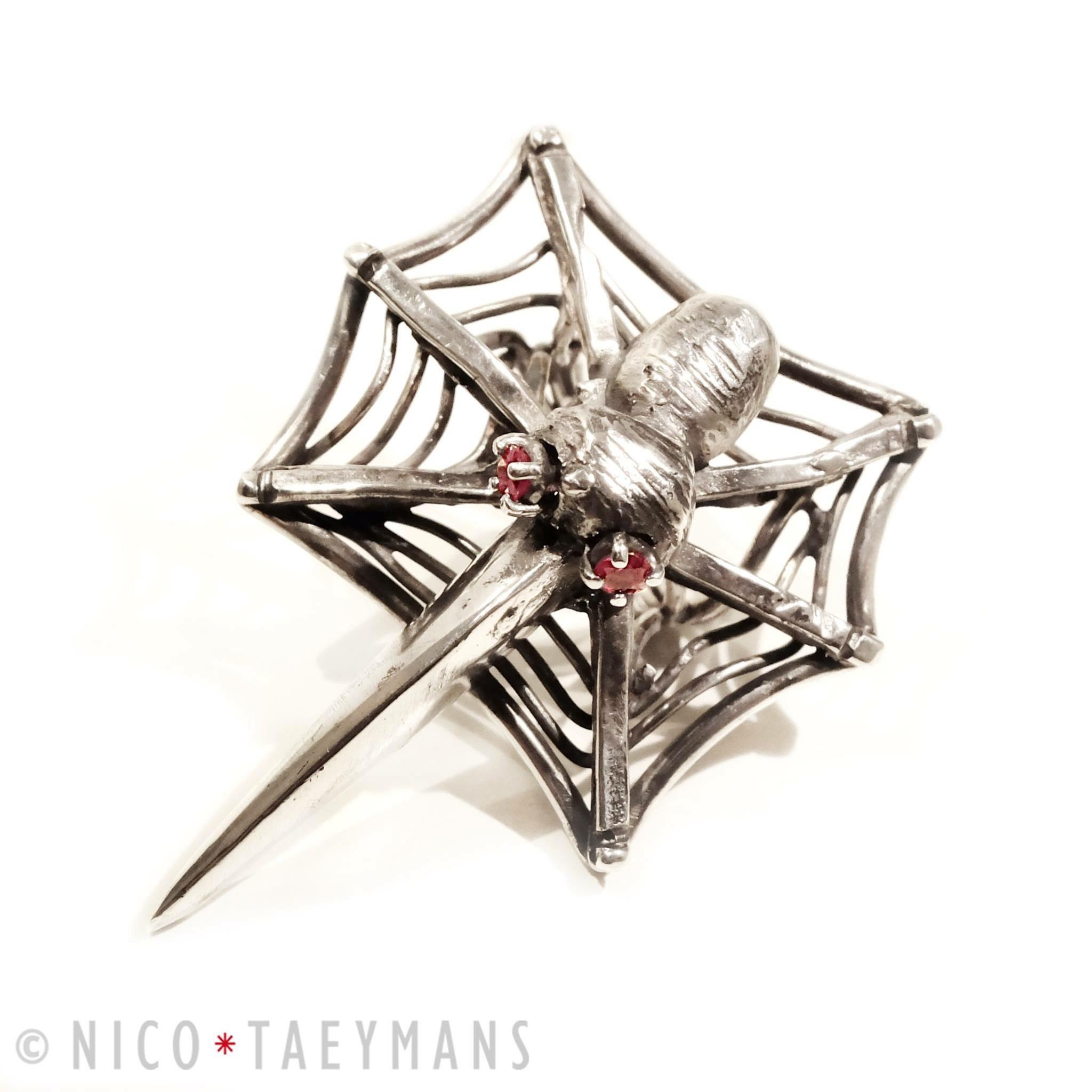 Zilveren ring met robijn