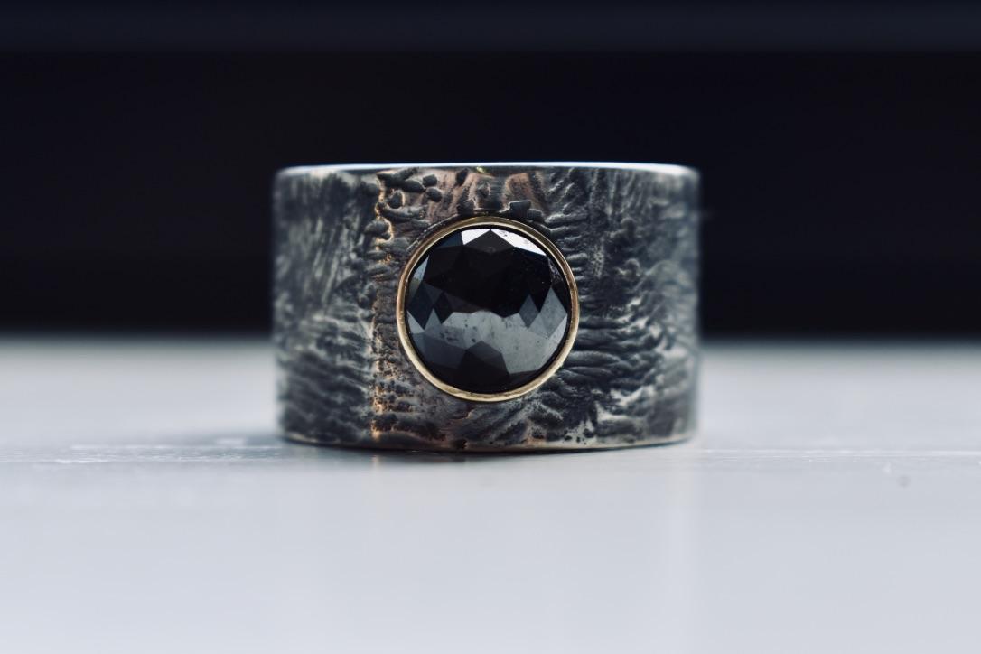 Zilveren ring met zwarte diamant in gouden zetting