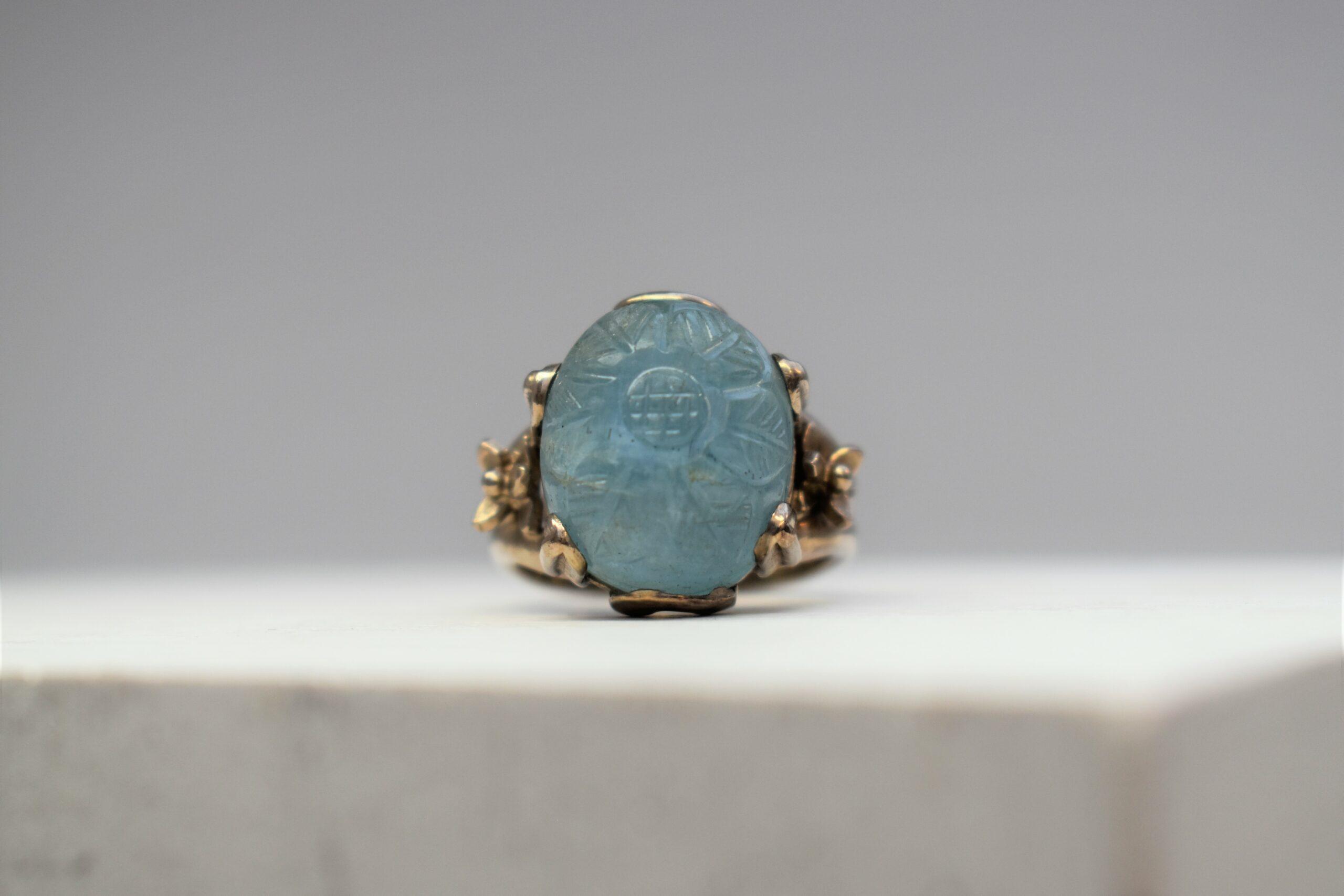 Wit gouden ring met gegraveerde aquamarijn