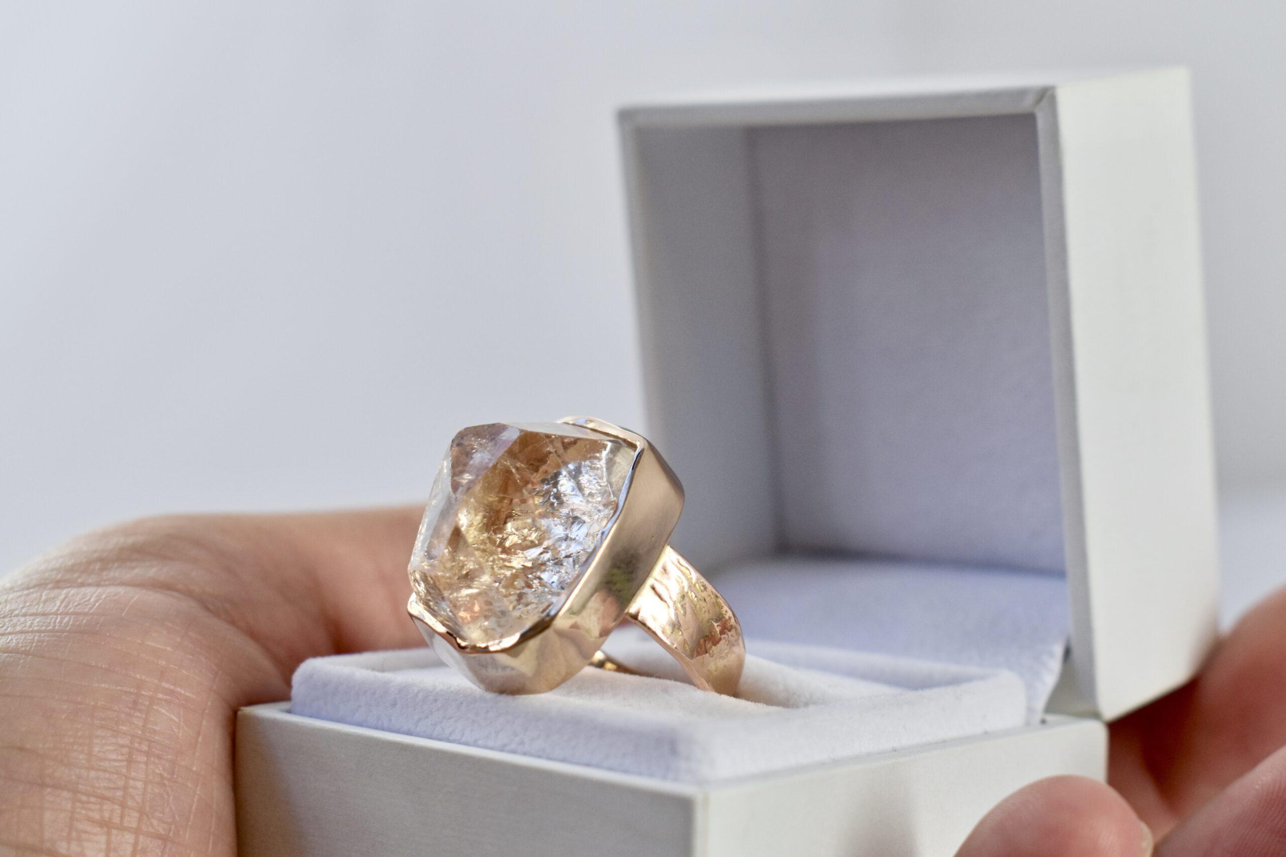 Rosé gouden ring met ruwe topaas