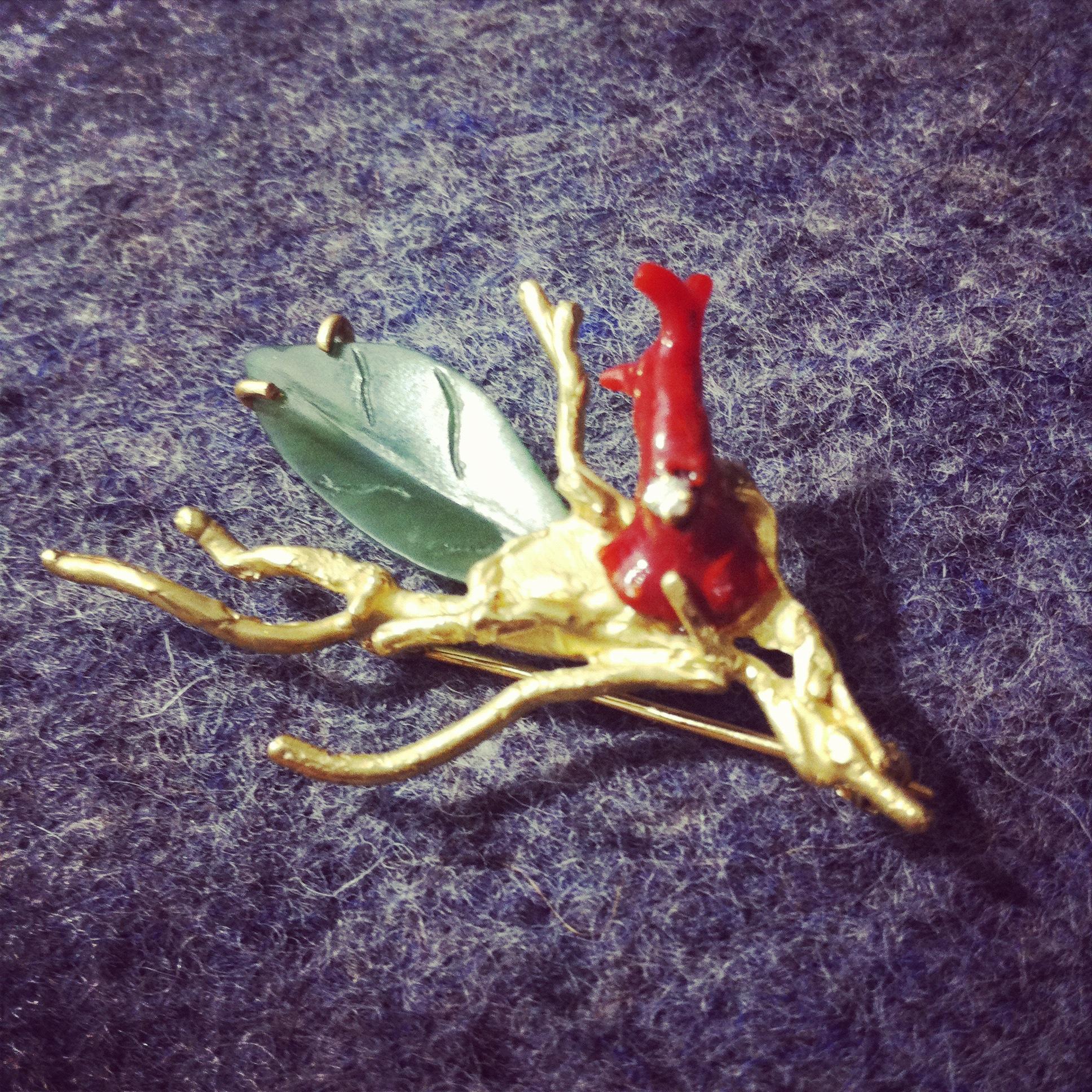 Gouden broche met groene jade en koraal