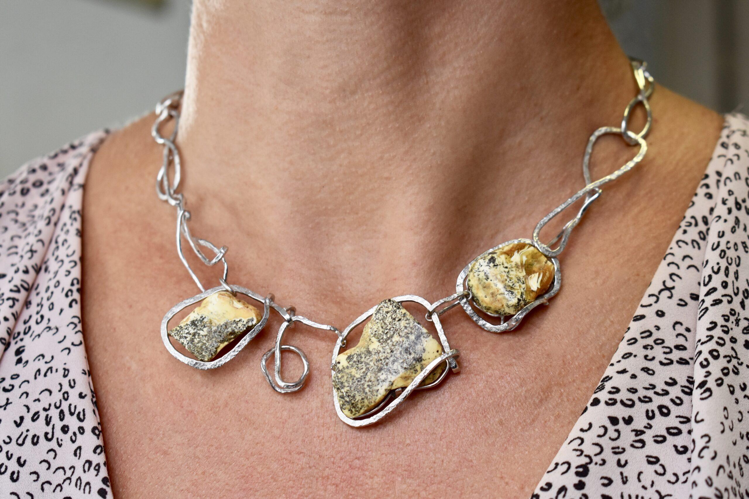 Zilveren collier met amber