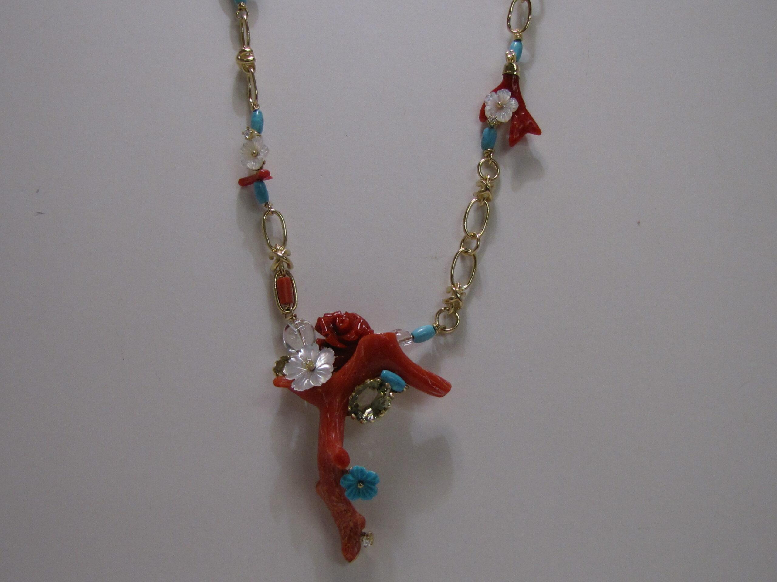 Geel gouden collier met koraal, parelmoer en turkoois