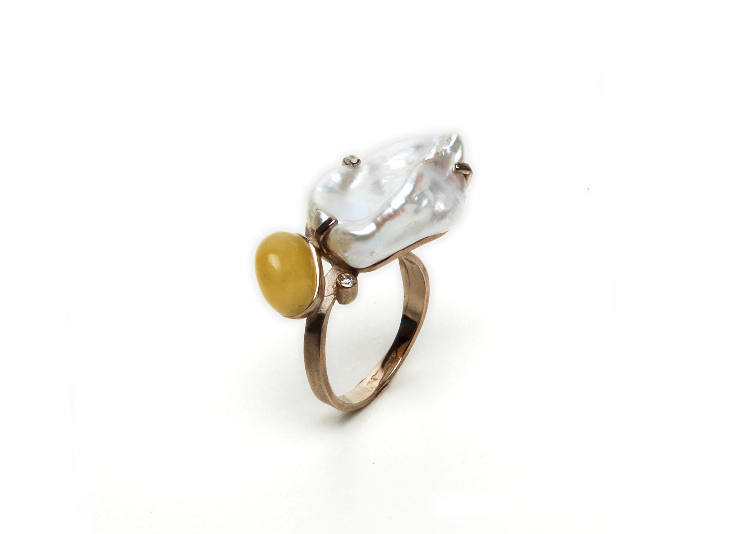 Wit gouden ring met parel en amber