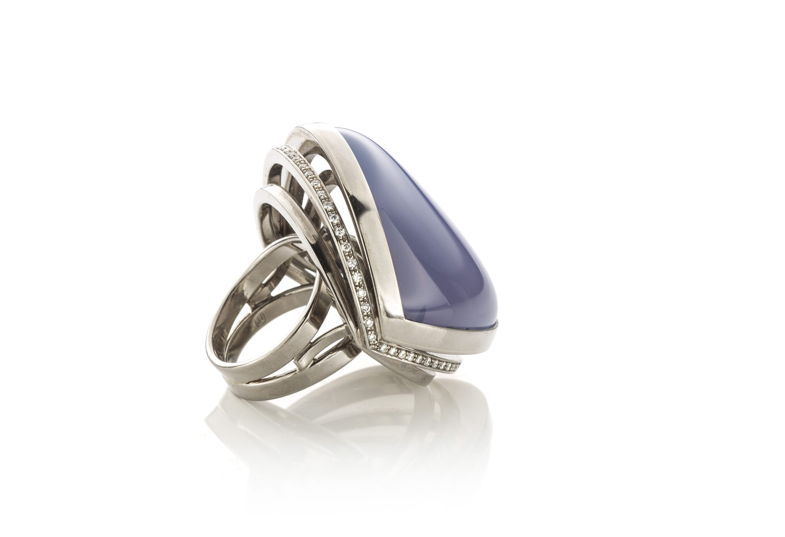 Wit gouden ring met calcedoon en diamant