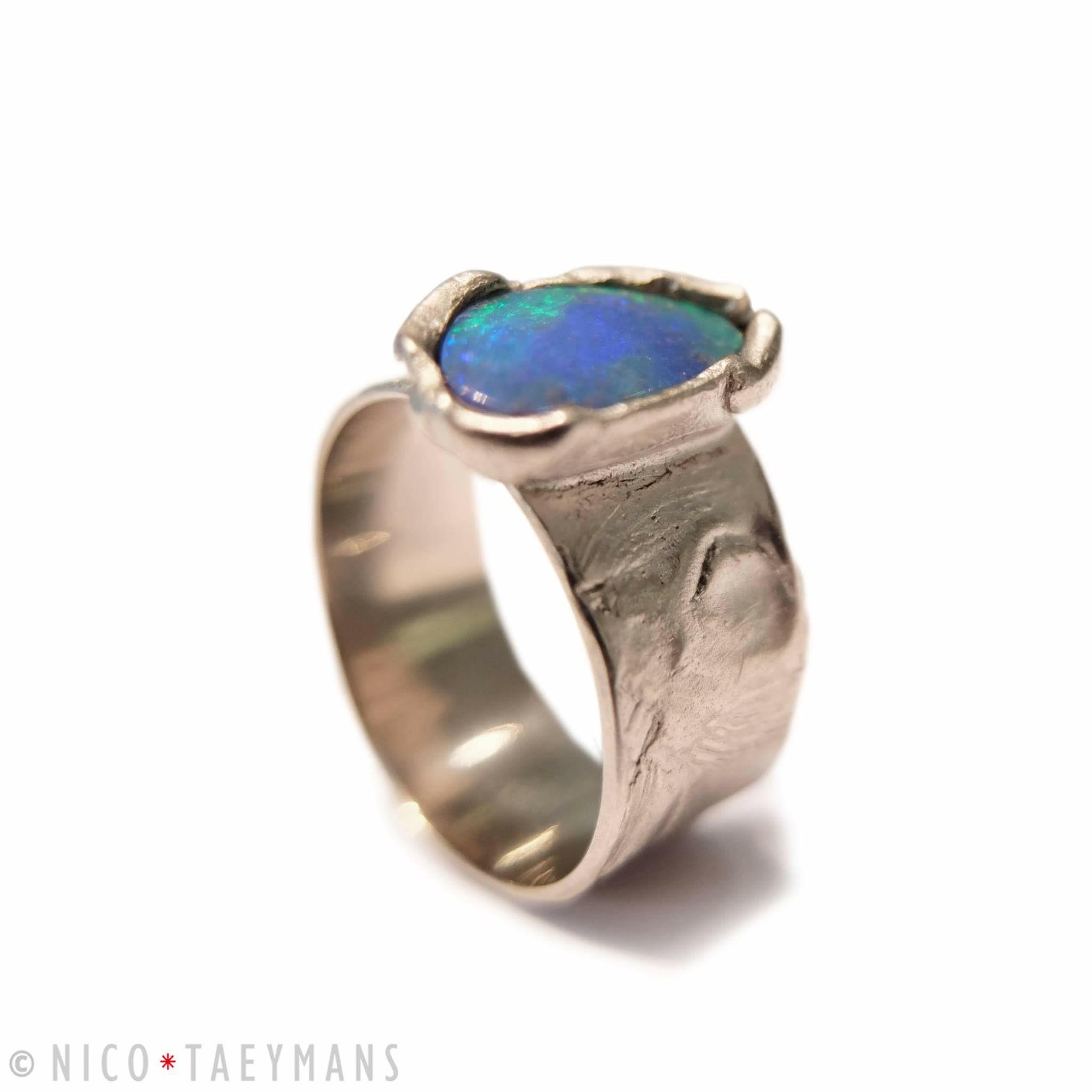 Wit gouden ring met opaal