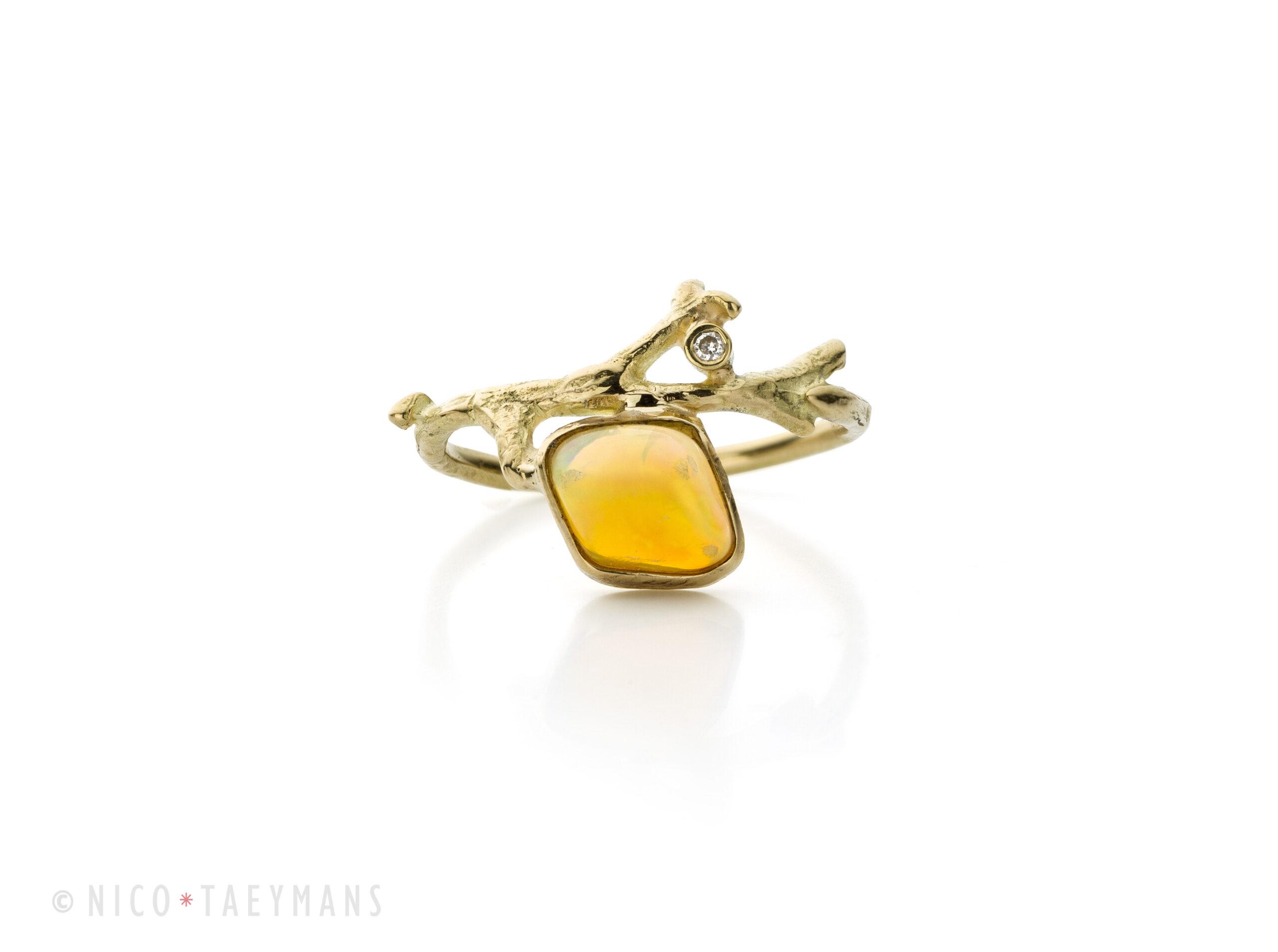 Geel gouden ring met opaal en diamant