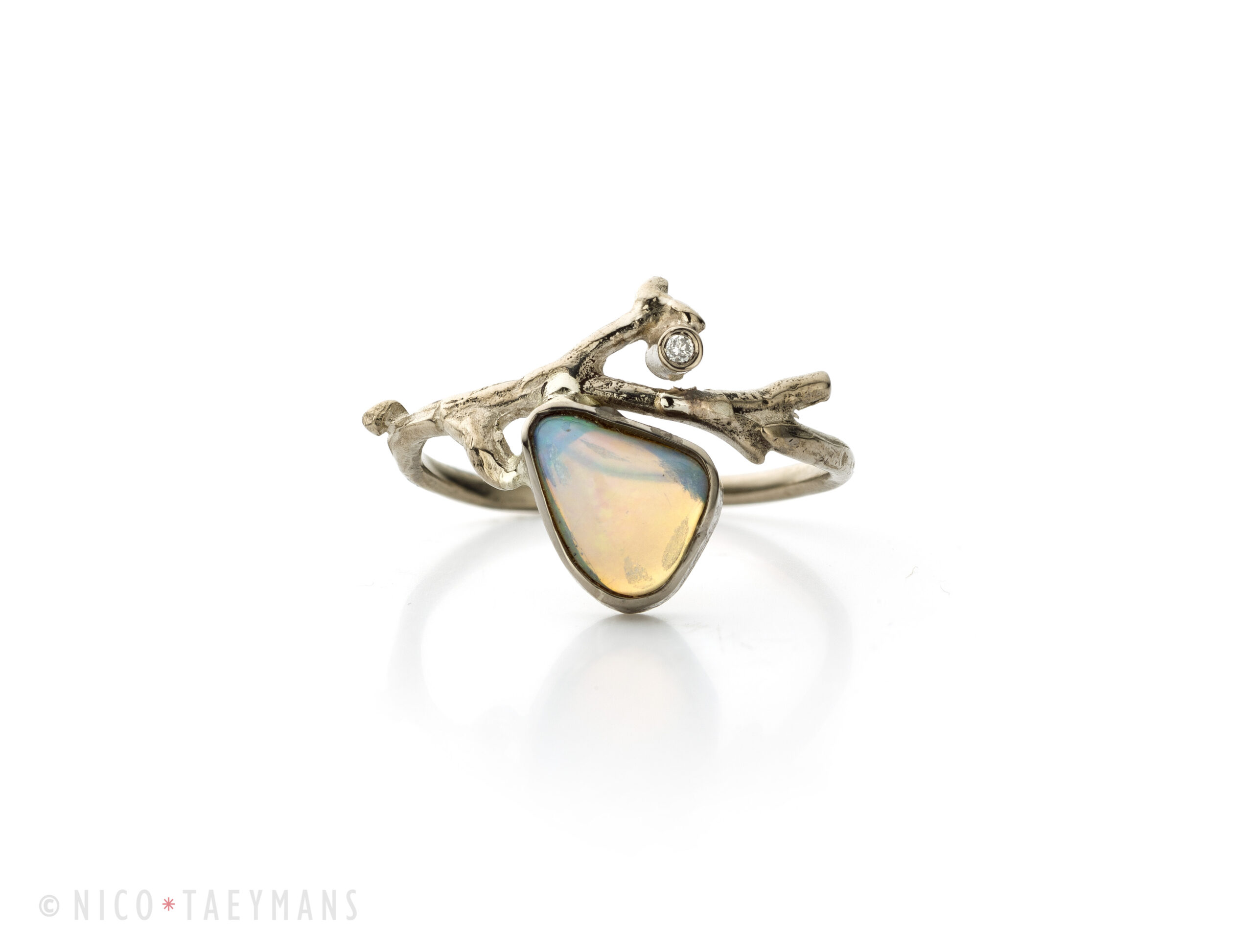Wit gouden ring met opaal en diamant