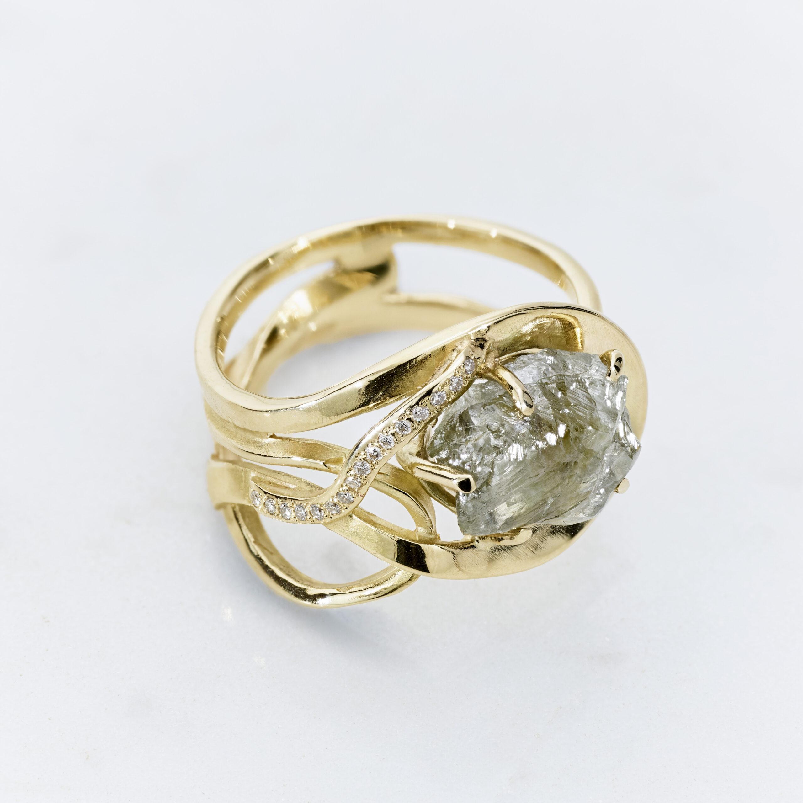 Ravissant geel gouden en rosé gouden ring met grote ruwe diamant en geslepen diamanten